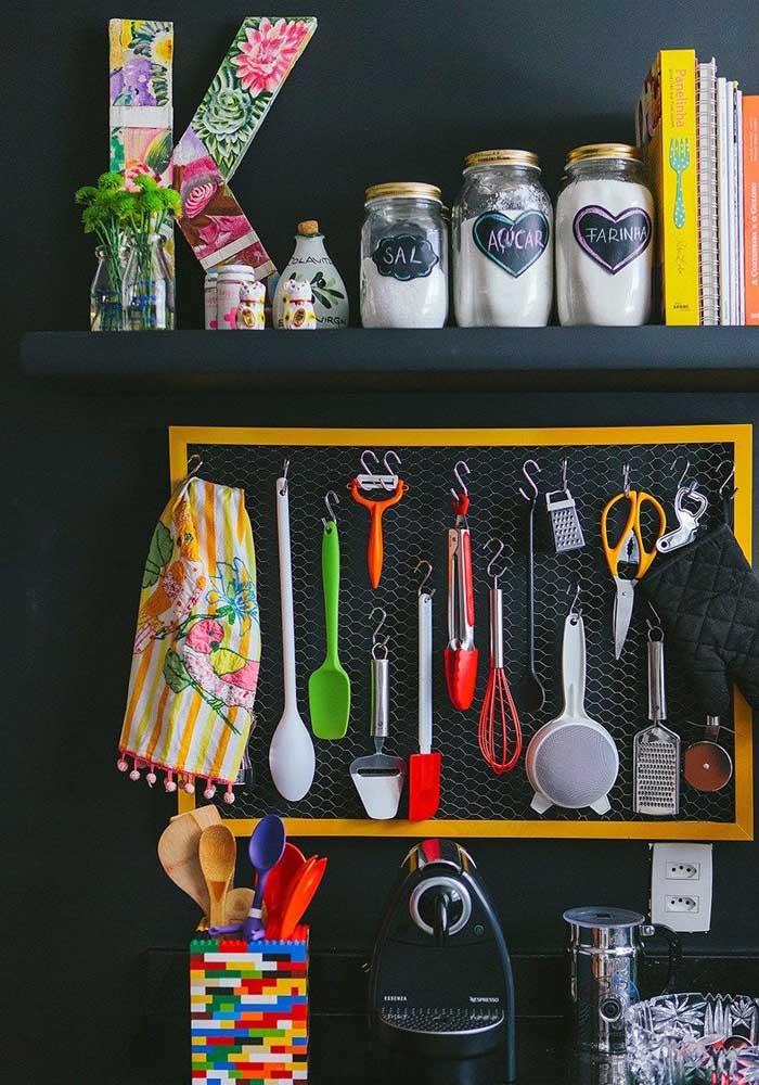 Um quadro com arame pode servir tanto como enfeite da cozinha quanto para pendurar alguns utensílios.