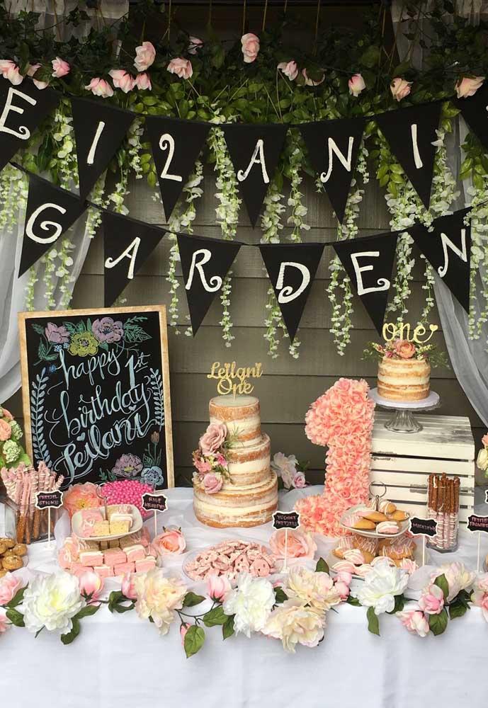 Capriche na mesa da festa com o tema Jardim Encantado. Coloque vários arranjos de flores e folhas.