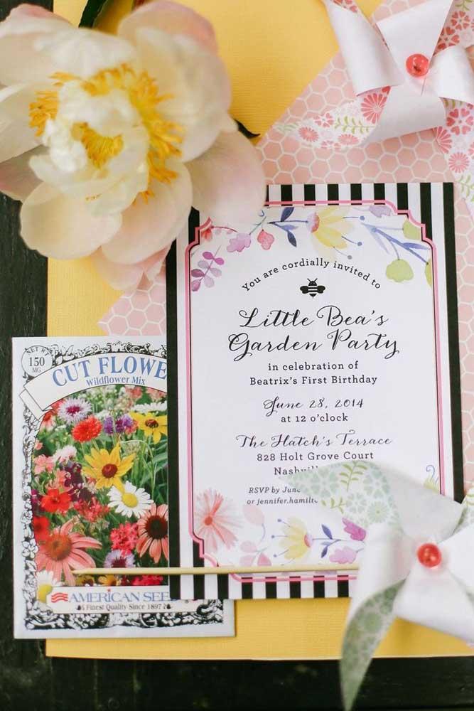 O convite com o tema Jardim Encantado deve ter a figura de flores para lembrar um belo jardim.
