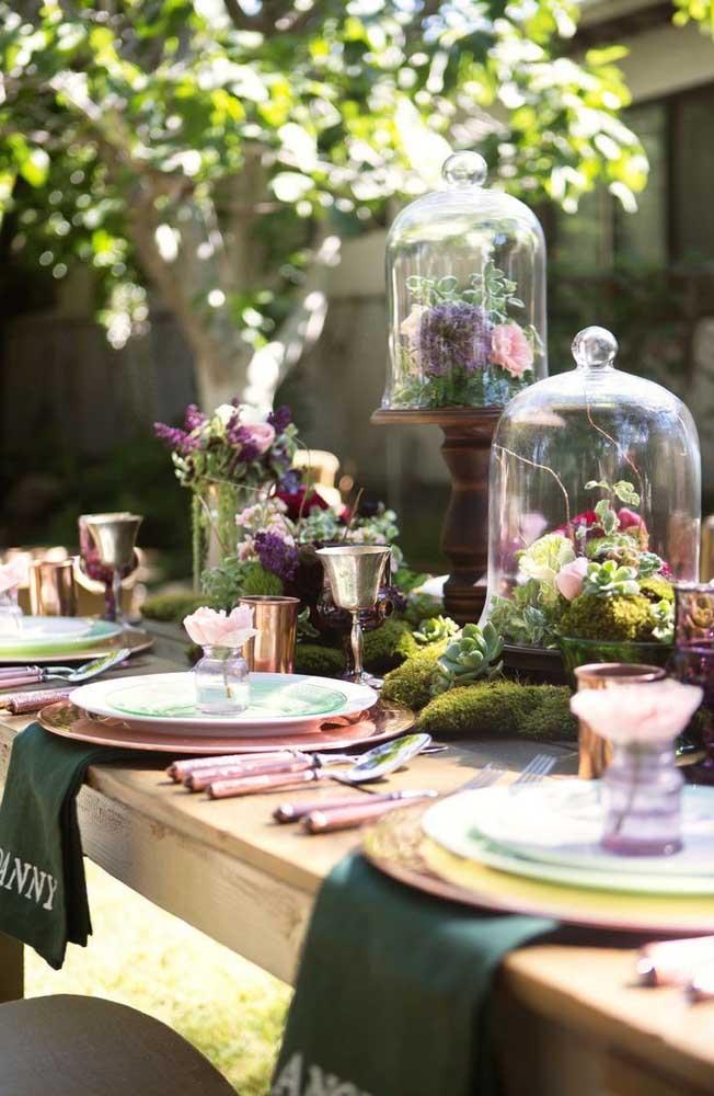 Para dar um toque especial na decoração, os arranjos de flores podem ser colocados dentro de objetos transparentes.