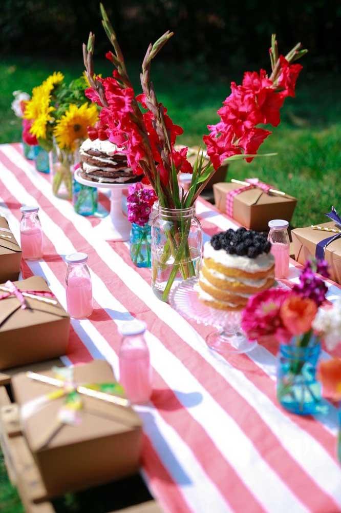 O naked cake é o bolo perfeito para festas com o tema Jardim Encantado.