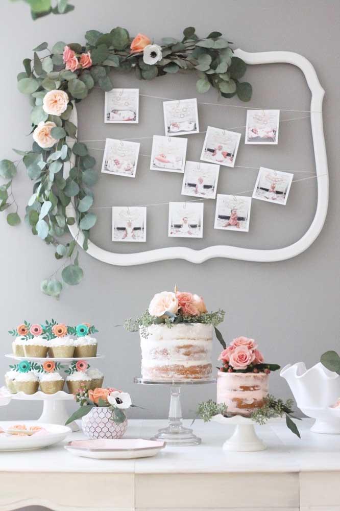 Você pode fazer um painel com fotos do aniversariante. Para decorá-lo, faça um arranjo com folhas e flores.