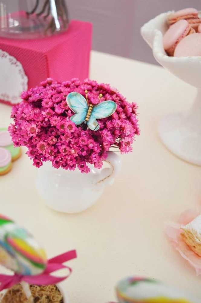 os arranjos de flores naturais dão um toque especial na decoração com o tema Jardim Encantado.