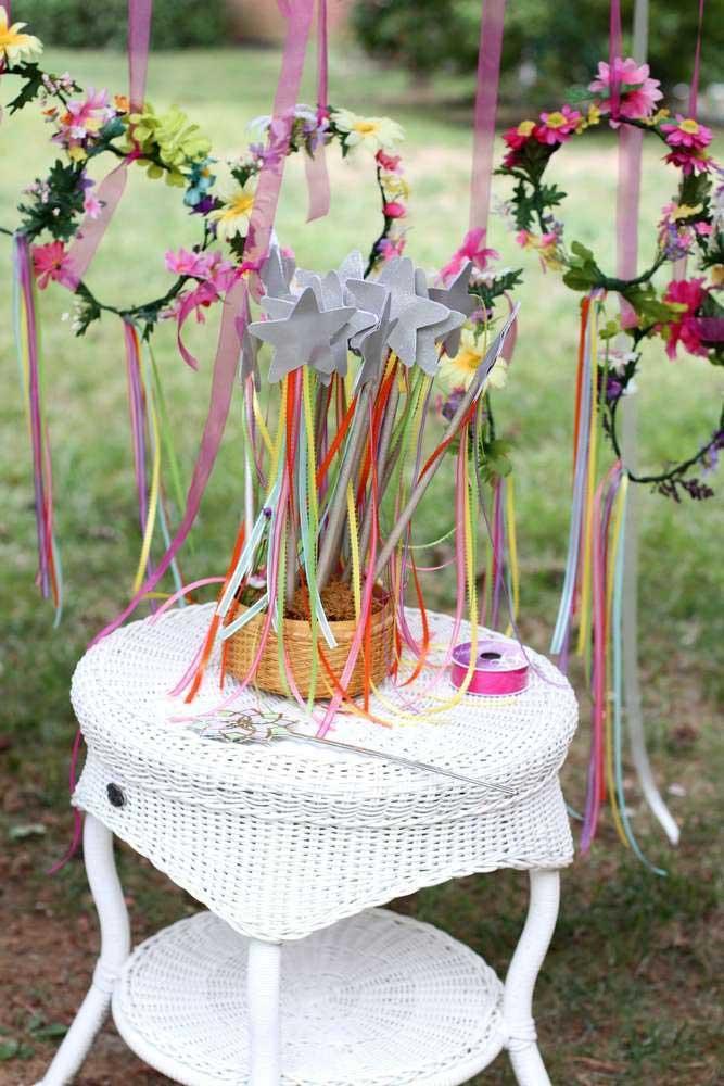 Prepare algumas coroas de flores para decorar a festa.