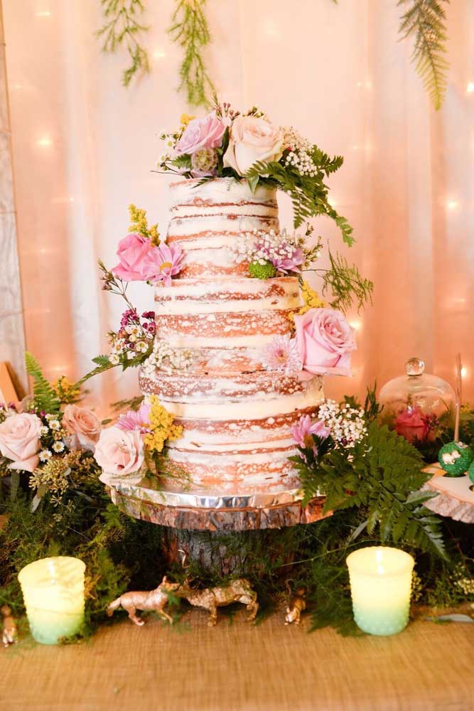 Capriche na hora de fazer o bolo. Prepare um enorme naked cake de três andares.