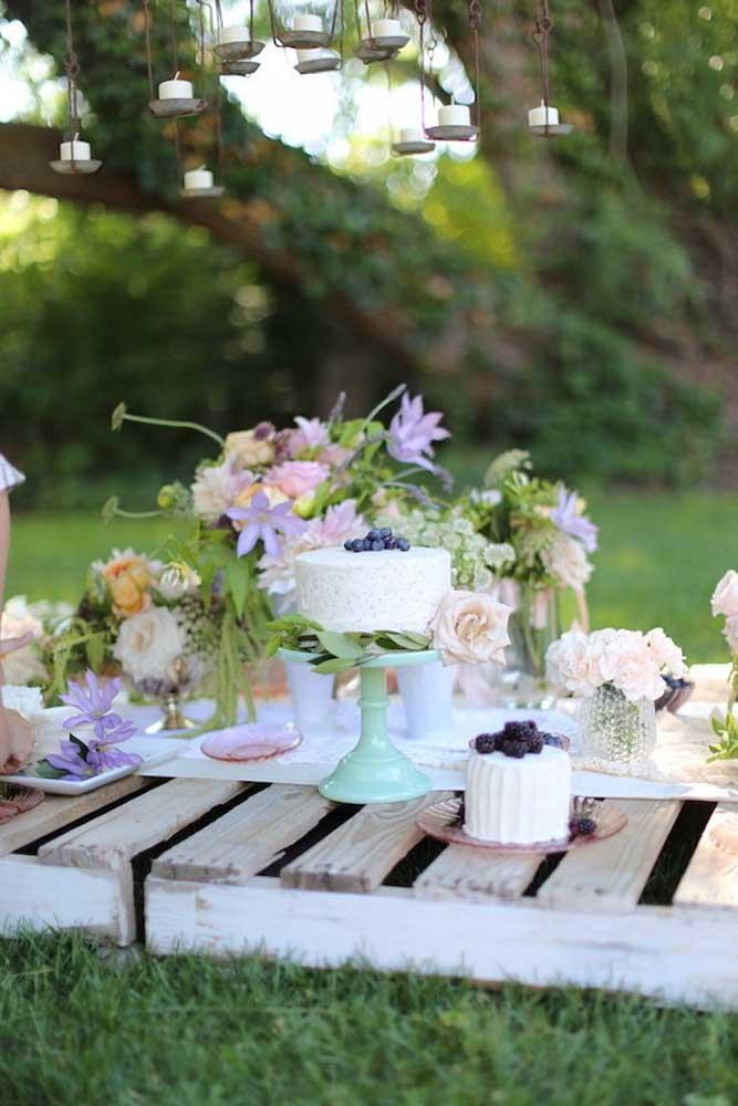 Já pensou em fazer a mesa principal da festa em cima de paletes de madeira ao ar livre?