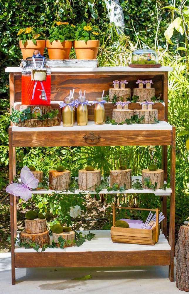 Organize um espaço para colocar vários elementos que fazem parte do tema Jardim Encantado.