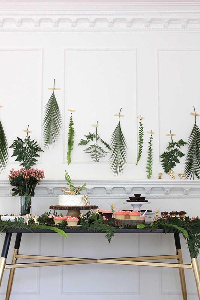 Faça uma decoração com diversas folhas de formatos e tamanhos diferentes.