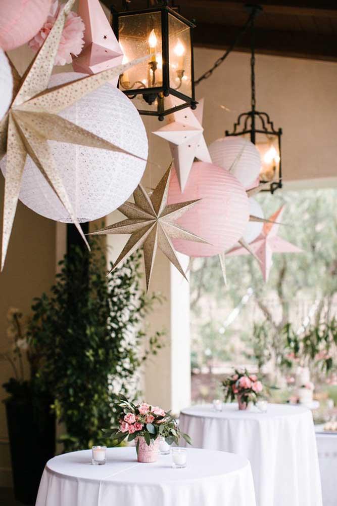 Na festa Jardim Encantado você também pode fazer uma decoração com bolas e estrelas.