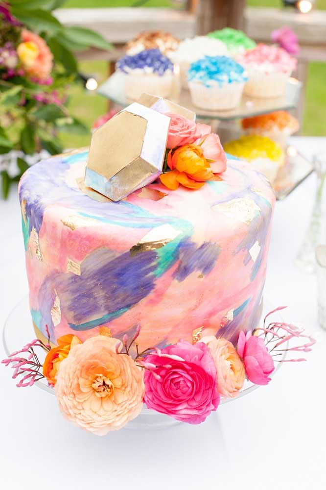 Aposte em um bolo totalmente colorido para a festa Jardim Encantado.