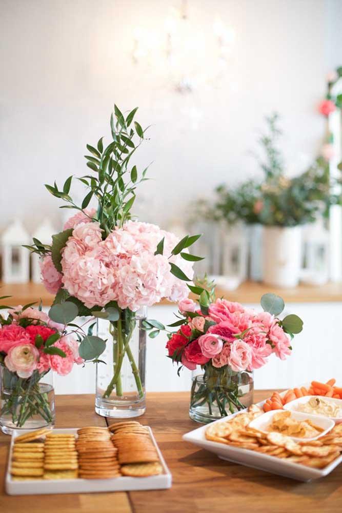 Prepare alguns arranjos de flores e coloque dentro de jarros com água.