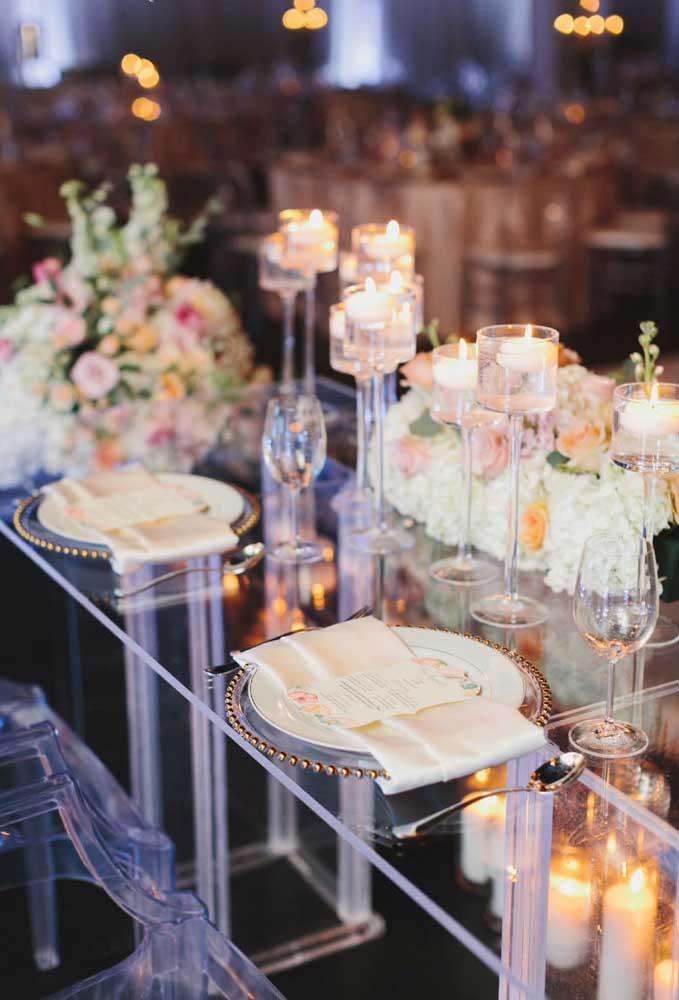 Para uma mesa de jantar mais requintada, separe alguns arranjos para fazer parte da decoração, sem precisar exagerar.