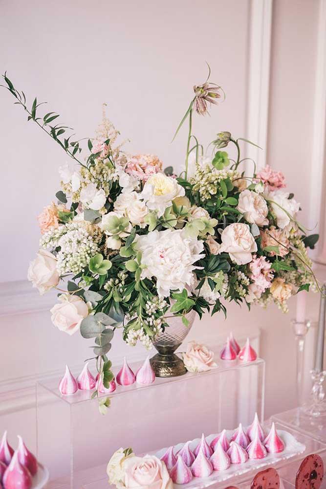 Separe um vaso repleto de flores das mais variadas espécies para colocar no centro da mesa principal.