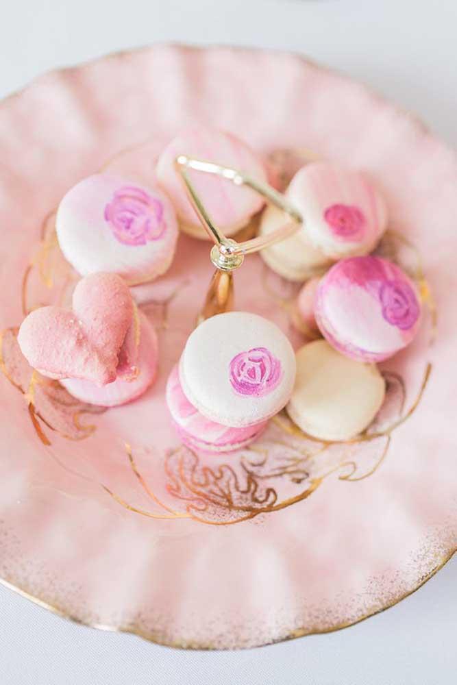Os doces são bem delicados para combinar com o tema da festa.