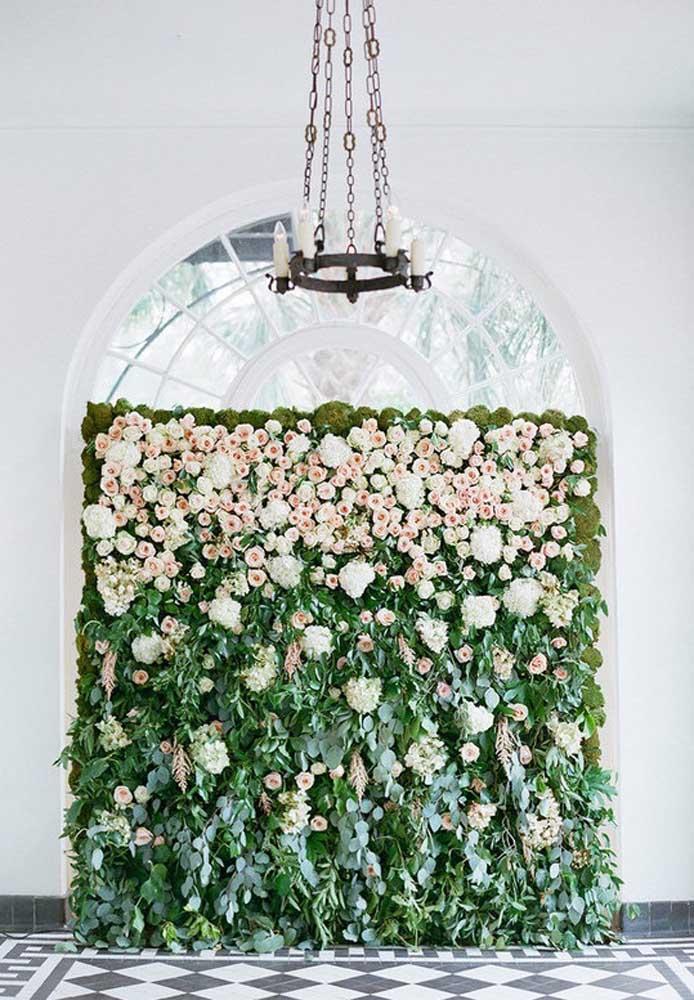 Um painel cheio de flores para receber os convidados da festa Jardim Encantado.