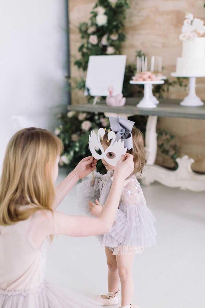 Prepare algumas máscaras para os convidados no formato de bichinhos. Para fazer as máscaras use papel comum como a cartolina ou papel de estampa. Pegue alguns formatos de bichinhos na internet e corte. A lembrancinha é simples, mas a criançada vai ficar encantada.