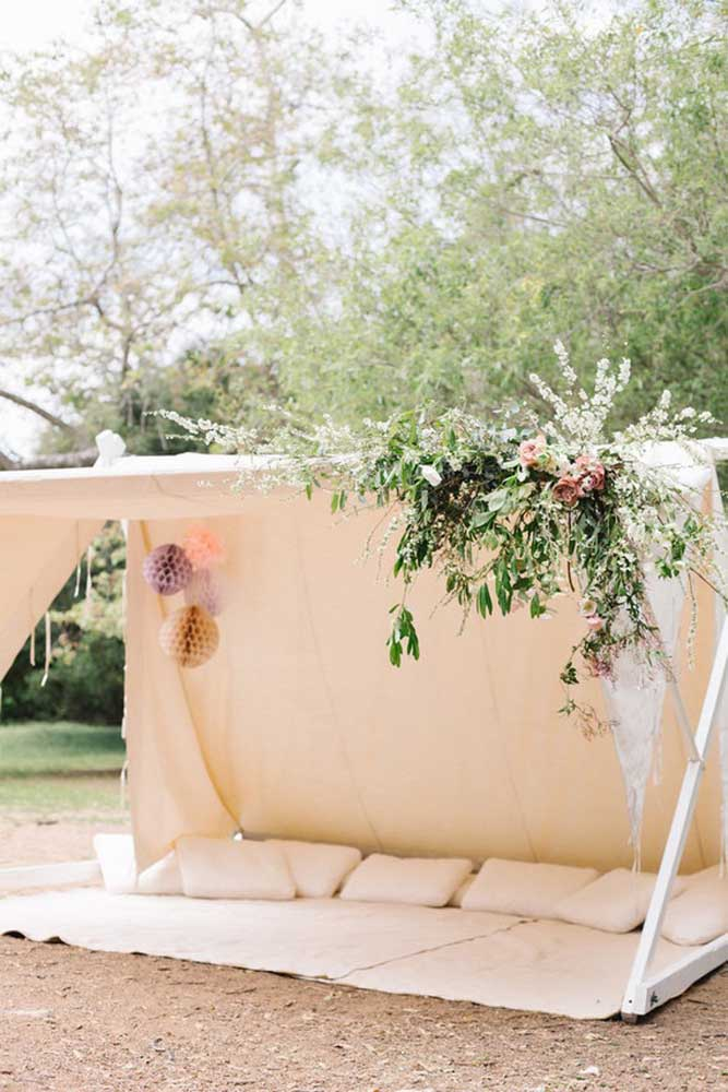 Se o evento é ao ar livre, que tal preparar uma cabana para os convidados relaxarem?