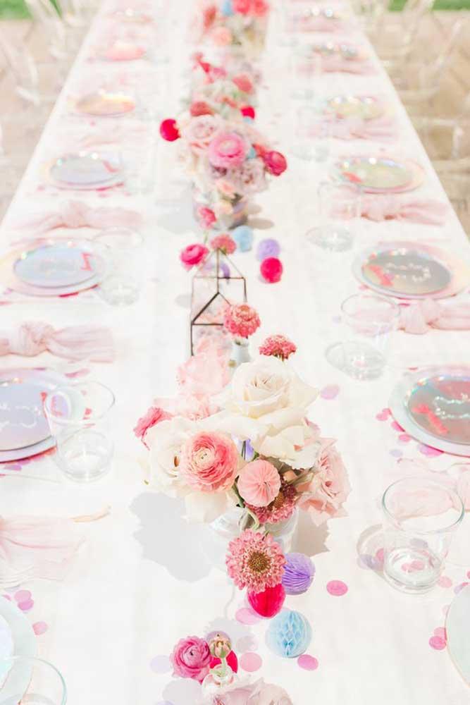 Para decorar a mesa principal, prepare vários vasos com flores.
