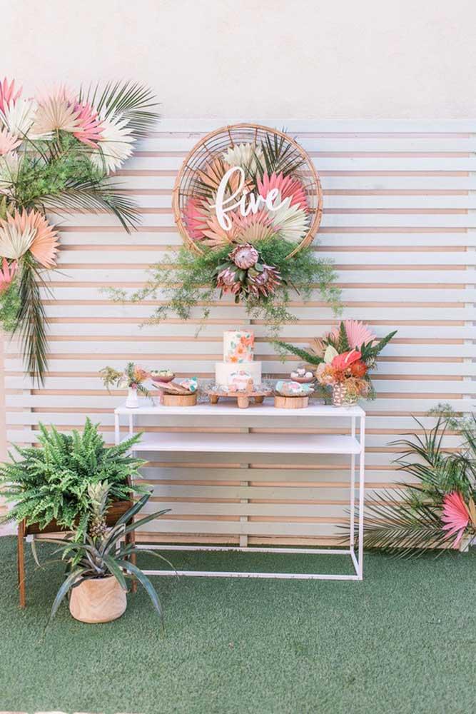 Flores e folhas é a combinação perfeita de uma decoração com o tema Jardim Encantado.