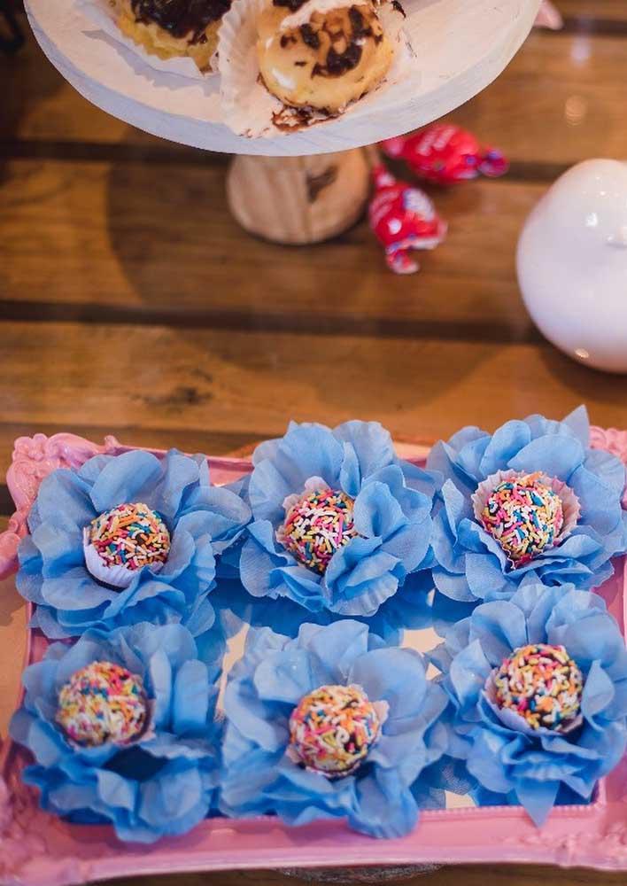Para combinar com o tema Jardim Encantado, escolha as caixetas dos doces no formato de flores.