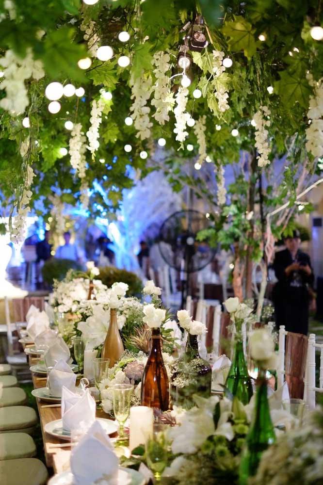 As decorações com folhas e flores suspensas é uma grande tendência do momento, principalmente, nas festas com o tema Jardim Encantado.