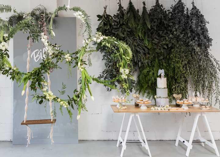 Faça arcos com folhas e flores e coloque alguns arranjos de folhas de forma suspensa para proporcionar uma ideia de jardim.