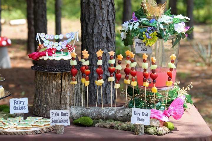 Transforme os pedaços de troncos de árvores em bandejas para colocar o bolo e algumas guloseimas em cima da mesa.