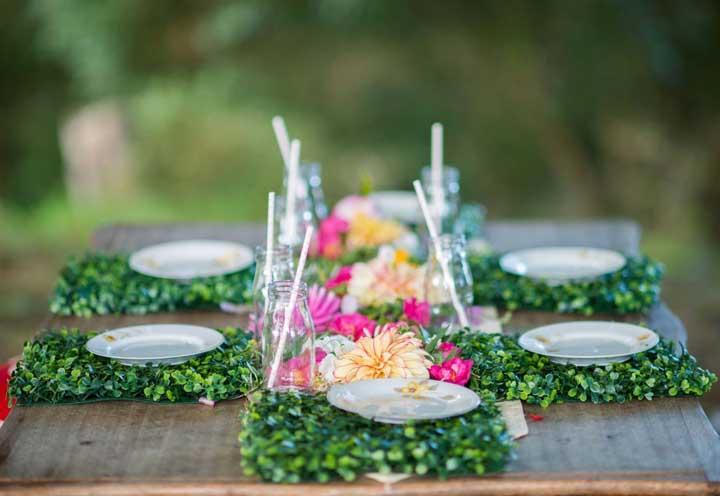 Um quadrado de grama artificial fica perfeito como jogo americano para decorar a mesa.