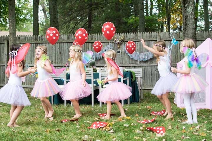 Na festa ao ar livre, deixe as crianças bem à vontade para dançar e brincar.