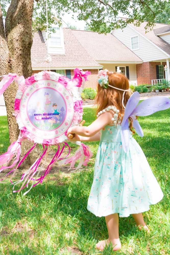 As brincadeiras do aniversário devem seguir o tema da festa. Neste caso, o quebra pote se transformou em um lindo objeto que faz referência ao Jardim Encantado.