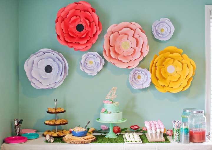 Aprenda a fazer flores grandes de papel para montar um painel na festa de aniversário com o tema Jardim Encantado.