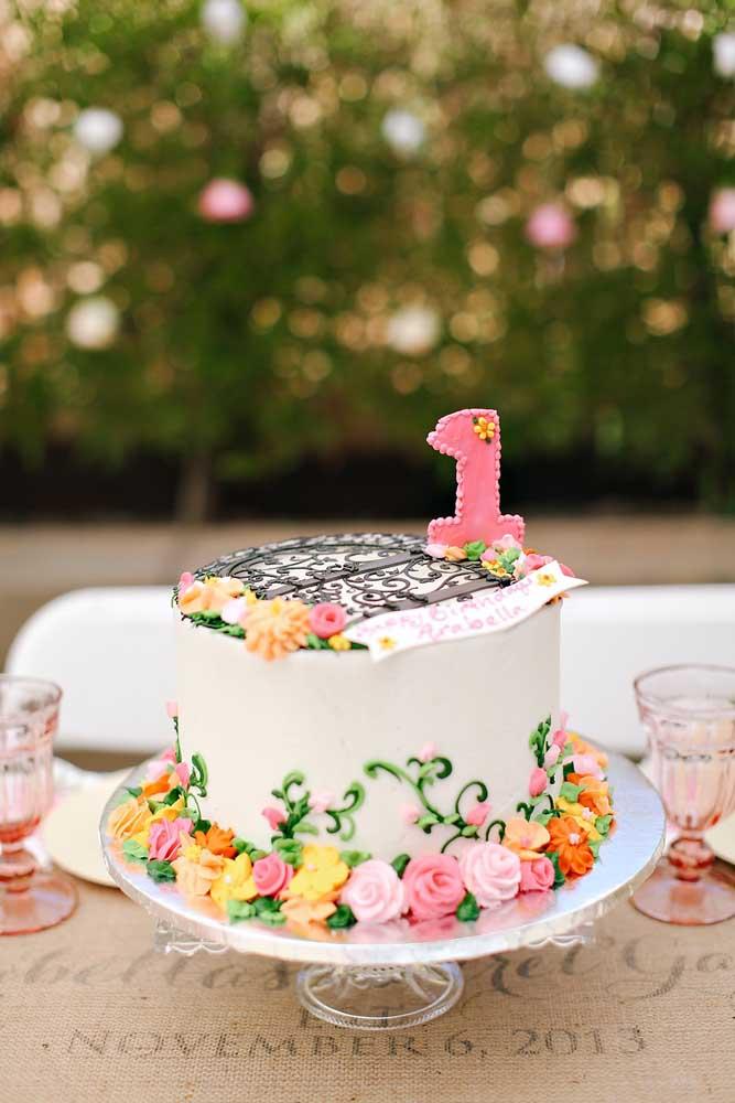 O bolo com o tema Jardim Encantado deve ser decorado com flores para ficar algo mais delicado.