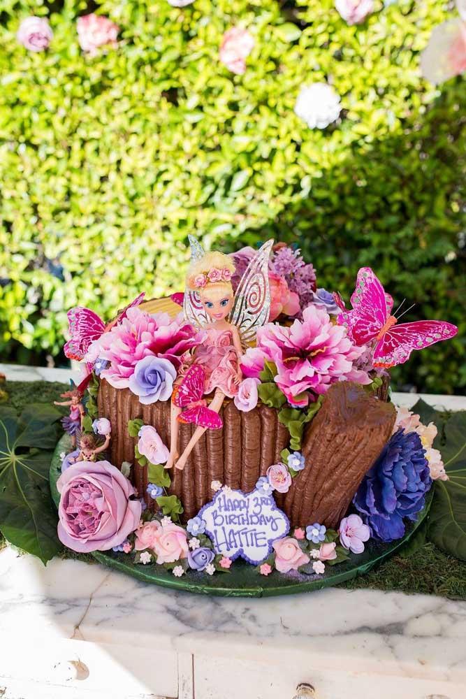 Troncos, flores, folhas, borboletas e algumas fadas são perfeitos para compor a decoração do bolo do Jardim Encantado.