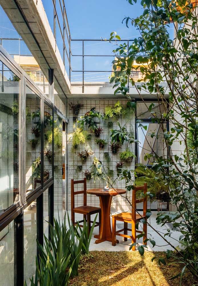 O jardim de inverno precisa ser um lugar aconchegante. Uma boa opção é construir um espaço com o teto aberto para as plantas receberem a luz solar.