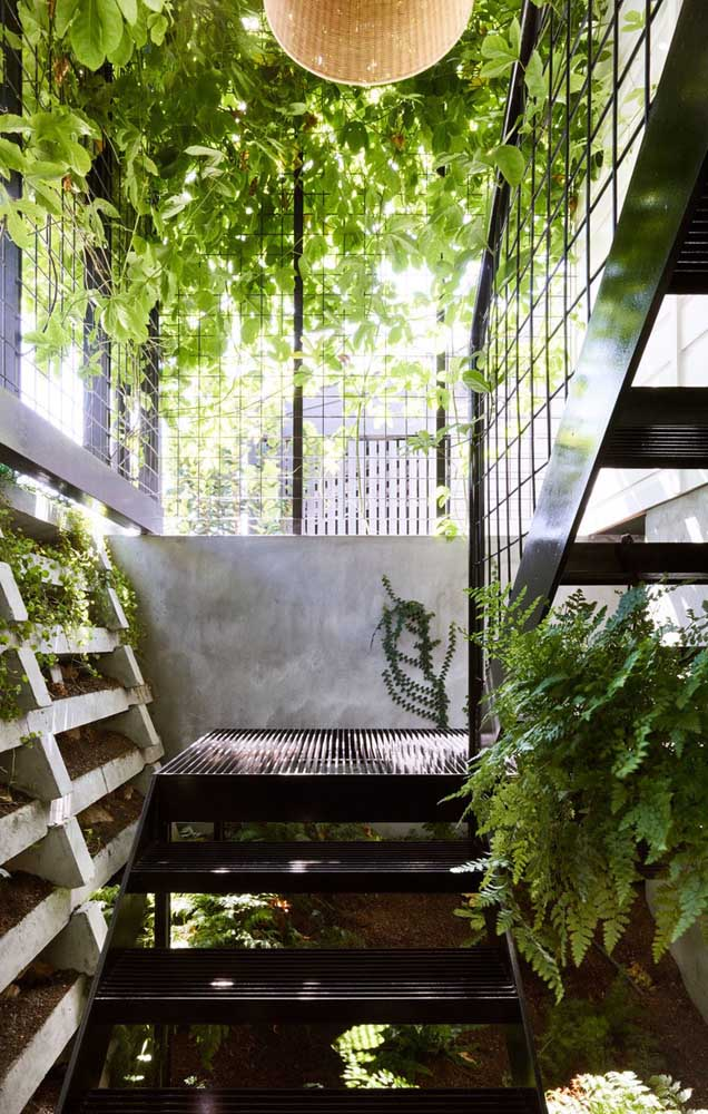 Outra opção é fazer o jardim de inverno em toda área da escada.