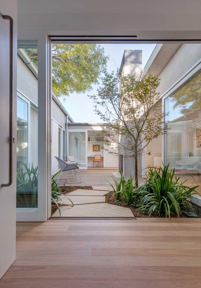 Prepare um belo jardim na área externa da casa, mas combinando o piso com o que está dentro da casa.