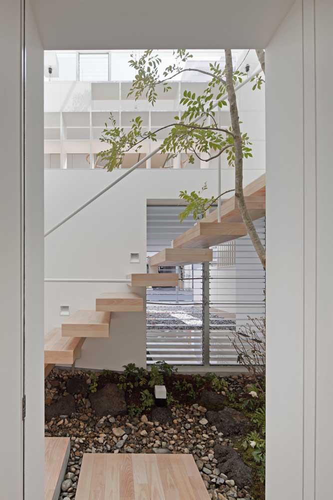 Fazer um jardim de inverno embaixo da escada acaba sendo a melhor opção em algumas casas.