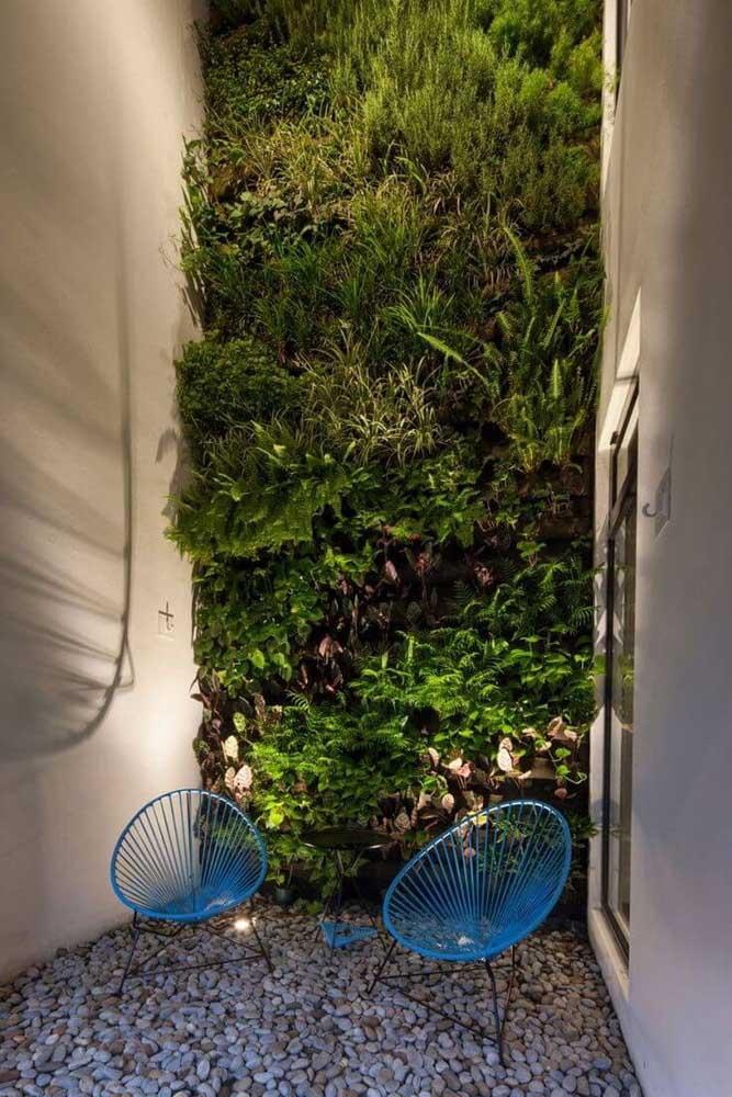 Que tal fazer uma parede viva em um cantinho da casa? Decore com pedras para ficar com efeito de jardim.