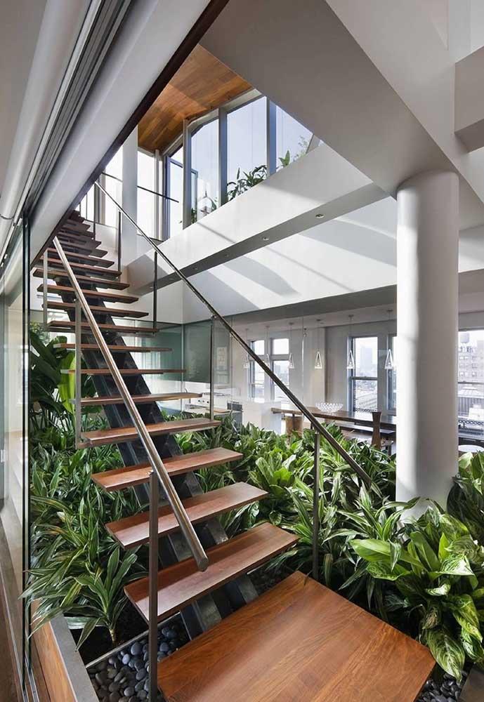 Faça um jardim de inverno abundante embaixo da escada.