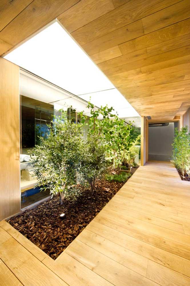 É possível fazer um jardim de inverno dentro de casa usando a mesma estrutura de um ambiente ao ar livre.