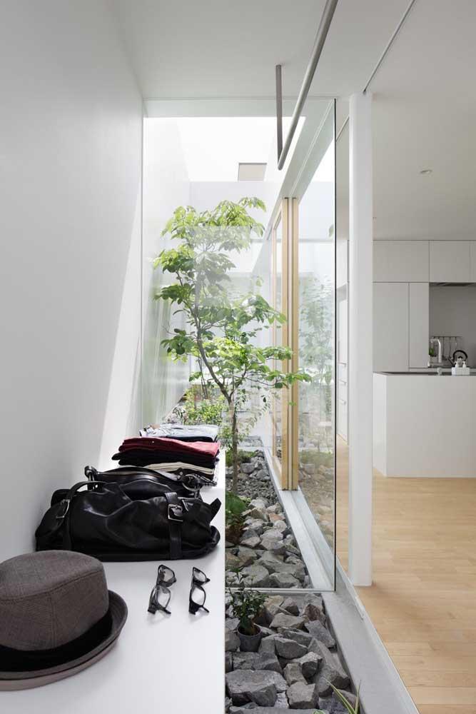 Agora se você optar por um espaço feito de vidro em uma casa totalmente branca, o ambiente fica mais claro e charmoso.