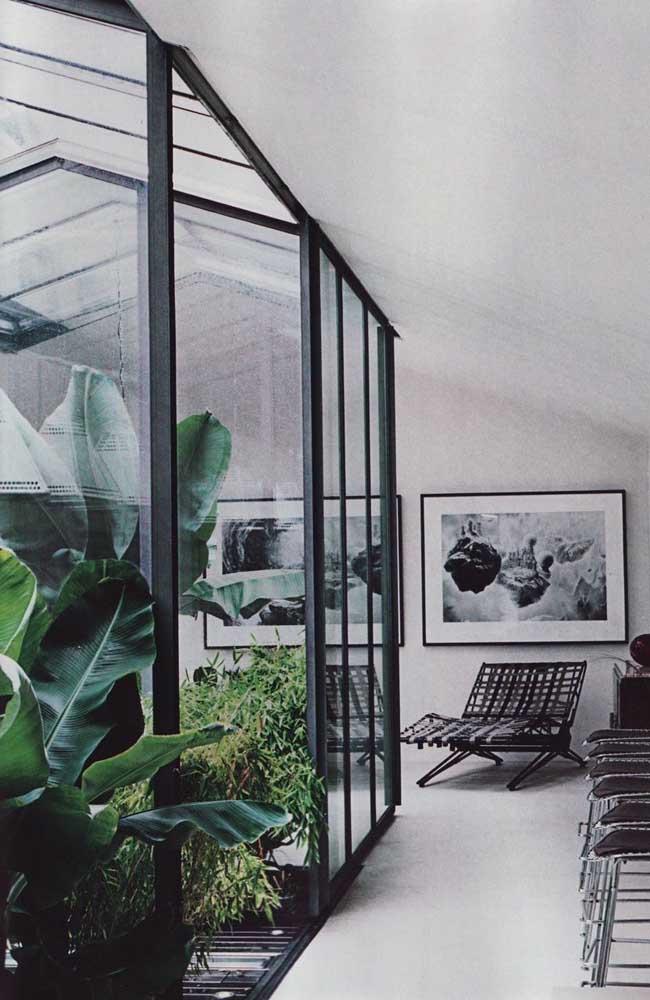 Para combinar com o jardim de inverno que é feito de vidro com detalhes preto, nada melhor do que usar móveis modernos.