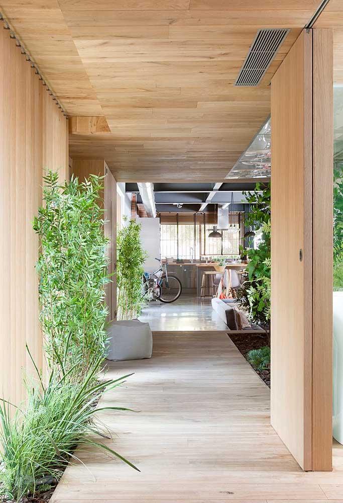 Ao invés de separar apenas um espaço para fazer o jardim de inverno, preencha algumas áreas com plantas.