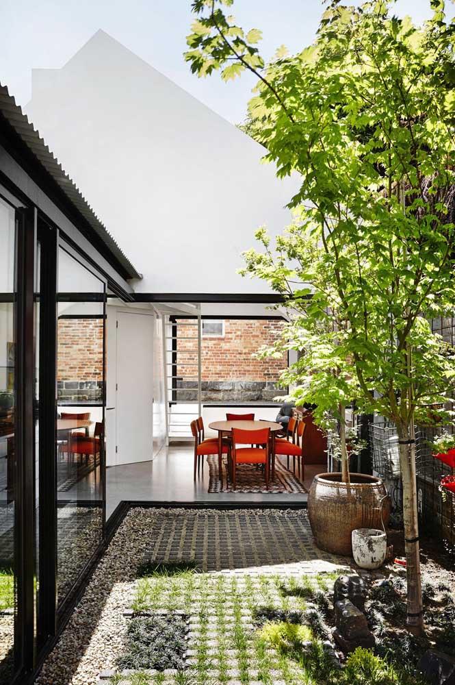 Você pode usar uma área aberta da casa para projetar um jardim de inverno.