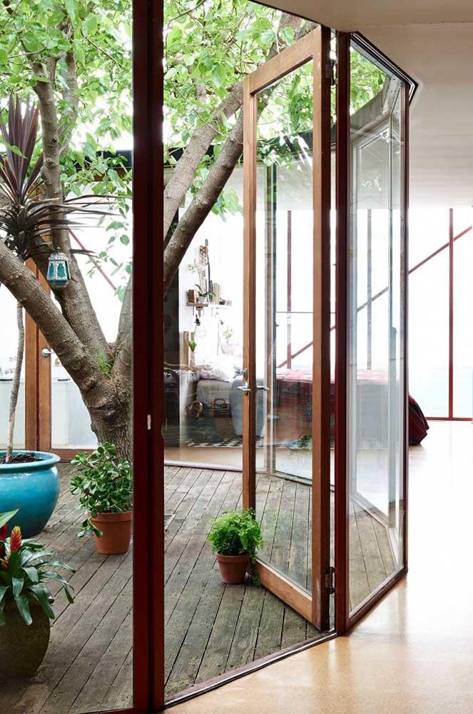 Faça um piso diferenciado na hora de preparar o jardim de inverno. O piso de madeira é o mais indicado.