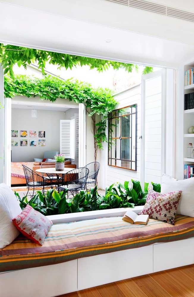 Se o espaço que você tiver for pequeno, basta usar um vaso com alguma planta.