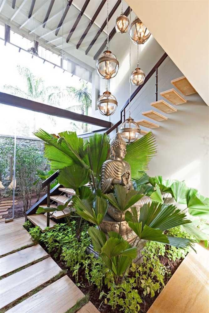 Você pode aproveitar o espaço debaixo e ao lado da escada para fazer o seu jardim de inverno.
