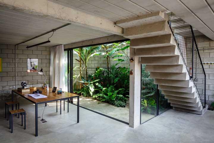 Se você tem uma área que fica abaixo da casa, pode ser uma boa opção para fazer um belo jardim.