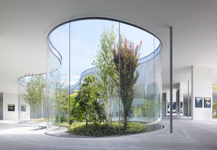 Esse modelo de jardim de inverno é mais indicado para espaços de obras de arte, já que o design em si do local é algo diferenciado.