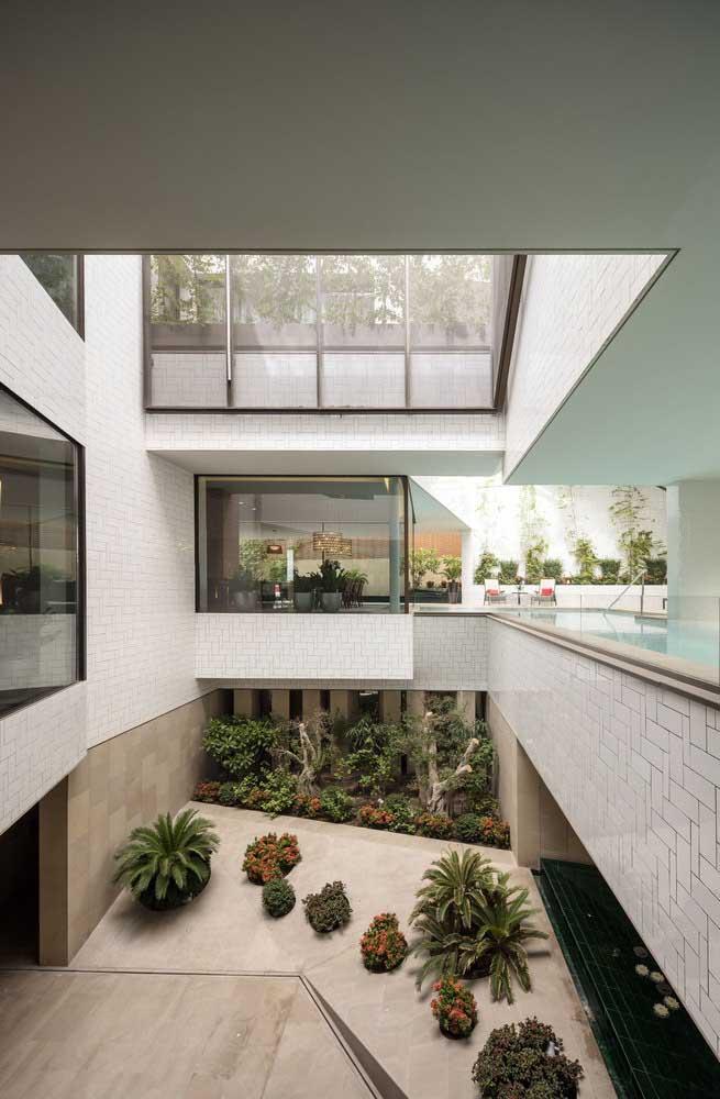 Para quem tem bastante espaço, dá para usar alguns ambientes da casa como jardim de inverno.